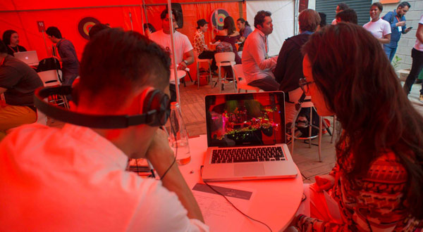 Rueda de negocios. Creadores mostrando su obra a programadores internacionales.